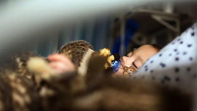 hastanede yatan bir çocuk