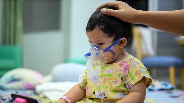 RSV nedeniyle hastaneye başvuran çocukların bir kısmı oksijen desteği almak zorunda kalabiliyor.